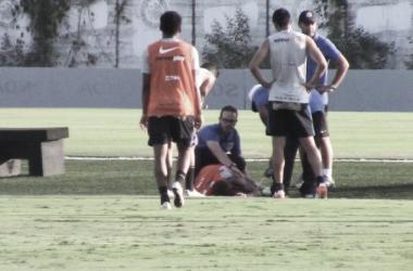 Rildo torce o tornozelo em dividida com Edilson e preocupa médicos do Corinthians