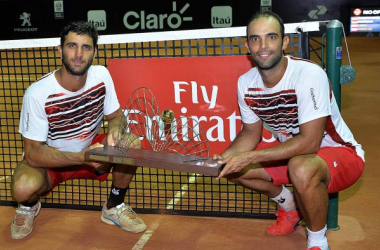 Robert Farah (left) and Juan-Sebastian Cabal pose with the Rio Open tropy/Photo: ATP World Tour