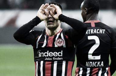 Frankfurt goleia Augsburg em casa e sobe para o meio da tabela na Bundesliga