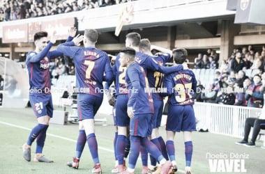 Costas y Rivera, a la izquierda de la imagen, chocan sus manos tras un gol del Barça B | Foto: Noelia Déniz (VAVEL.com)