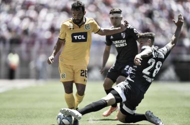 Lucas Gamba, el autor del único gol del partido, encara a Lucas Martinez Quarta. FOTO: Misiones Cuatro.