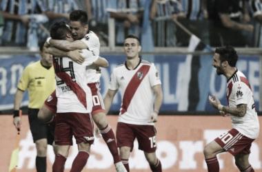 Pity y Enzo Pérez, junto a Borré (que no estará en la finalísima) y Scocco, festejando eliminar a Gremio (Foto: BAE).
