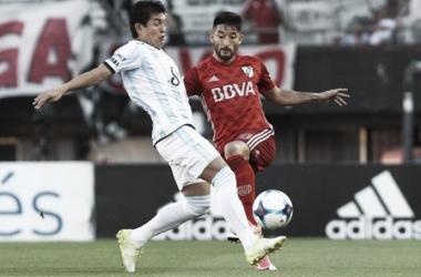 Casco ante La Pulga Rodríguez, dos de los goleadores en el Monumental. Foto: La Nación.