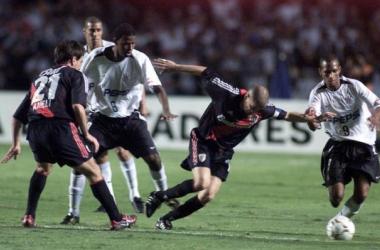 Coco Ameli y Andrés D´Alessandro en escena ante Corinthians, en la Libertadores 2003 (Foto: Olé).