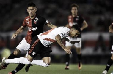 Emanuel Olivera cruza a Matias Suárez. FOTO: Misiones OnLine.