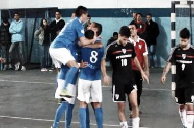 Riente festeja el quinto gol de Kimberley, Persec y Rodríguez lo sufren (Foto: A Dos Toques Futsal)