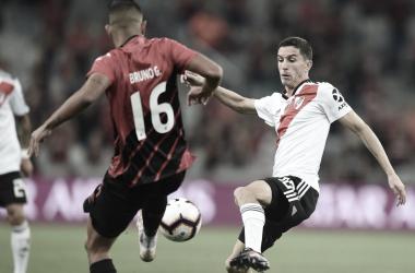 Nacho que no tuvo su mejor noche y Bruno Guimaraes, de los mejores del&nbsp;<em>Furacão (Foto: Prensa River)</em>