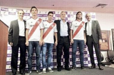 Matías Kranevitter, Manuel Lanzini y Fernando Cavenaghi posaron con el nuevo sponsor. (FOTO: CARP)