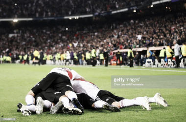"""ABRAZO DE GOL DE TODOS. Tras el gol del """"Pity"""" Martínez y la noche de Madrid fue todo para River. Foto: Getty images"""