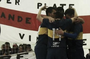 Abrazo de gol. Boca volvió a vencer a River (Foto: A Dos Toques)