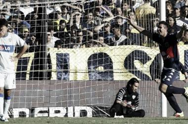 Denis venciendo a Lucchetti: se llevó la pelota (Foto: Olé).