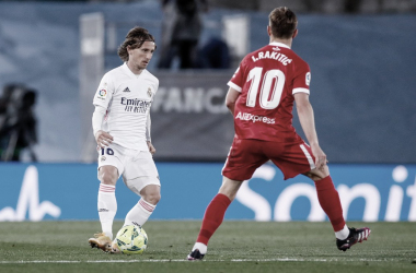 Luka Modric y su compatriota Ivan Rakitic en el encuentro entre el Real Madrid y Sevilla/ Foto: Real Madrid