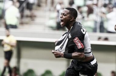 Robinho extravasa comemorando seu segundo gol no Independência (Foto: Burno CantiniAtlético-MG)