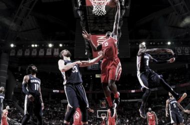 Capela sumando dos puntos ante la marca de Gasol. Foto: NBA