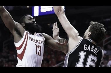 """El """"barba"""" Harden logro encaminar a su equipo hacia la victoria. Foto: NBA"""