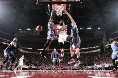 Harden comandó a su equipo a la victoria. En la foto, penetrando ante dos gigantes y descargando hacia un compañero. Foto: NBA