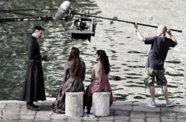 'Littlefinger' (Aidan Gillen), Sansa (Sophie Turner) y Shae (Sibel Kekilli) grabando una escena (Foto: cdn.fansided.com)