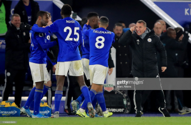 Leicester City manager Brendan Rodgers speaks to his players after the winning goal is scored during the Premier League match between Leicester City and Everton FC | Photo: Getty/ Marc Atkins