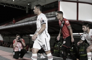 Maxi Rodríguez encabeza la salida del conjunto rosarino en el estadio Antonio Accioly. Fuente:( La Capital de Rosario)