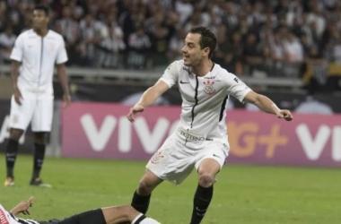 Rodriguinho celebra gol e comemora regularidade do Corinthians no Brasileirão