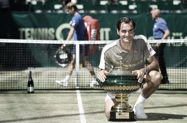 Roger Federer sonríe con su trofeo de campeón por décima vez en Halle. Foto: gettyimages.es