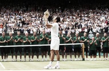 Roger Federer muestra su trofeo de campeón de Wimbledon 2017. Foto: zimbio.com