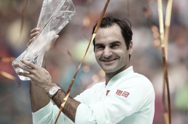 Roger Federer levantando el Trofeo en Miami 2019