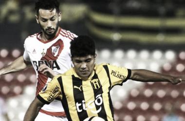 Rojas(adelante) enfrentando a River en la Copa Libertadores del 2017.