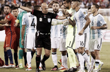 Sergio Romero contests Marcos Rojo's red card. (Photo: LatinContent WO | LatinContent/STR)