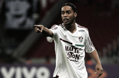 """Ronaldinho dispensa parar e define futuro após carnaval: """"Vou jogar mais um pouquinho"""""""