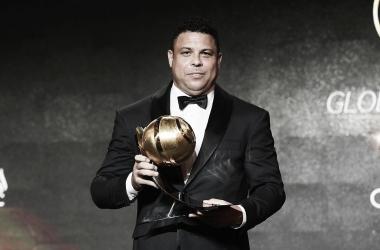 Ronaldo Nazario posando con un trofeo| Foto: Cuenta oficial Instagram @ronaldo