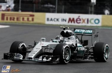 Nico Rosberg impone el ritmo en una caótica sesión