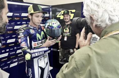 Valentino Rossi luce este fin de semana un nuevo diseño en su casco // FOTO: Movistar Yamaha MotoGP