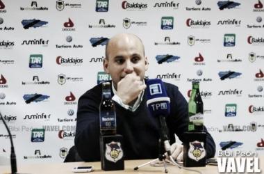 Javier Rozada en rueda de prensa. Fuente: Bibi Peón (VAVEL)