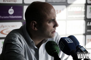 Javi Rozada atendiendo a los medios de comunicación en sala de prensa | Foto: Alberto Brevers - VAVEL