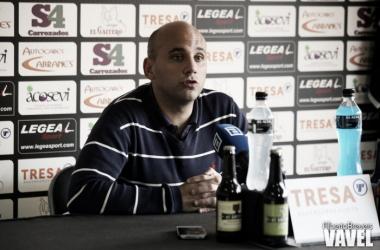 Javi Rozada en sala de prensa atendiendo a los medios | Foto: Alberto Brevers - VAVEL