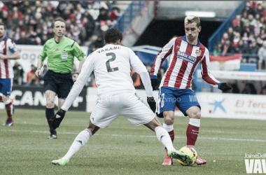 Varane corta un balón al delantero rojiblanco Antoine Griezman/Jaime Del Campo