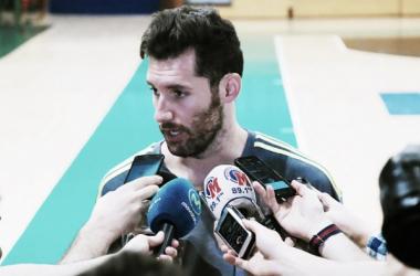 Rudy hablando con los medios sobre el segundo duelo (Fuente: ACB.com)