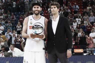 Rudy Fernández posando con su trofeo de MVP de la final de Liga | Foto: ACB.com
