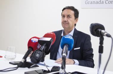 Antonio Fernández Monterrubio, el ya ex director general del Granada CF en la rueda de prensa de despedido | Foto: Antonio L. Juárez