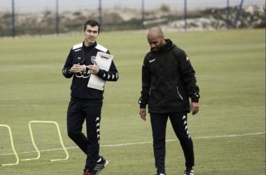 Rui Almeida y su asistente técnico dirigieron la primera práctica del equipo. Foto: Prensa Bastia
