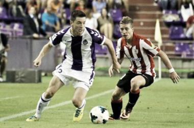 Rukavina peleando una pelota con Muniain en el debut liguero del Real Valladolid. (Foto: Valladolid Deporte).