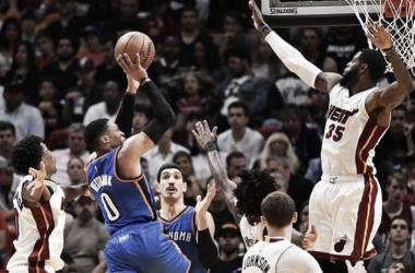 Russell Westrbook penetrando ante la defensa del Heat. / Foto: AP.