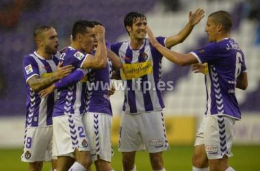 El Real Valladolid encuentra bajo la lluvia la fuerza para seguir arriba