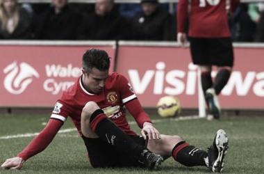 Van Gaal says Van Persie must adapt if he is to have a future at United