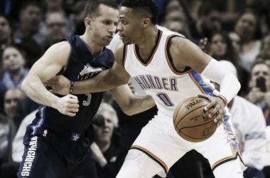 Westbrook y Barea, en un encuentro de los últimos Playoffs (AP Photo/Sue Ogrocki)