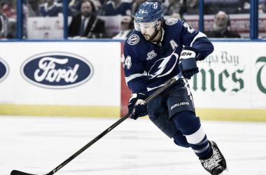 Ryan Callahan con los Bolts durante un partido | Foto: NHL.com