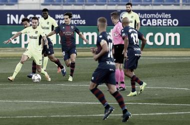 Saúl rodeado de jugadores de la SD Huesca en el partido de ida | Foto: Atlético de Madrid