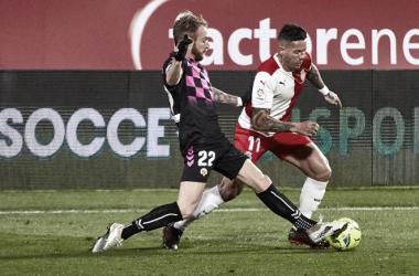 Pierre Cornud roba un balón a Aday Benítez en el empate del CE Sabadell ante el Girona FC (0-0) | Foto: CE Sabadell FC