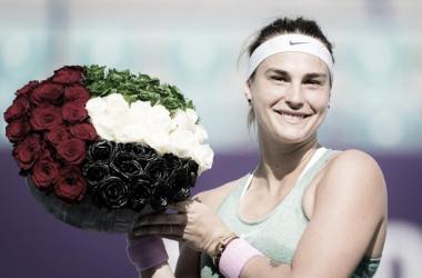 Aryna Sabalenka con el trofeo que la acredita como vencedora del torneo. (Fuente: Twitter @WTA)